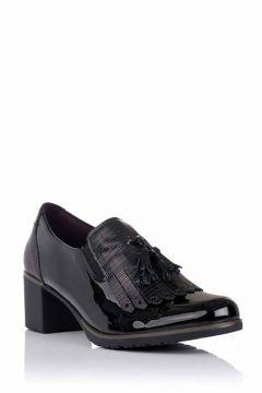 Zapato de piel con borlas