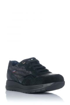 Sneaker con cordones y cuña